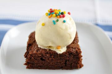 Schokoladenbrownie mit Vanilleeis