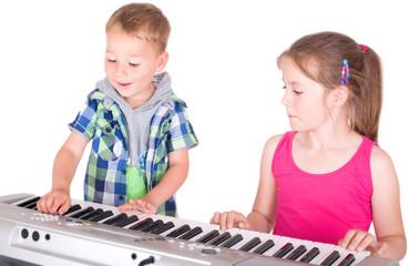 Kinder üben am Keyboard