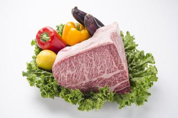 高級牛肉ブロックとカラフルな野菜-2