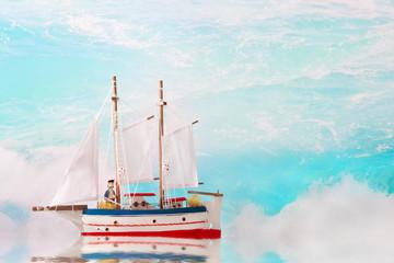 Sommerlicher Hintergrund maritim - Der Kapitän am Segelboot