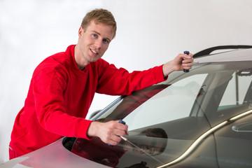 Glaser sägt windschutzscheibe aus Fahrzeug