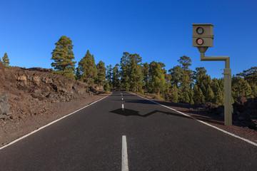 asphaltierte Straße im Gebirge mit Radarfalle