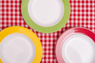 Roter, grüner und gelber Teller auf einem Tisch