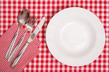 Weisser Teller und Besteck