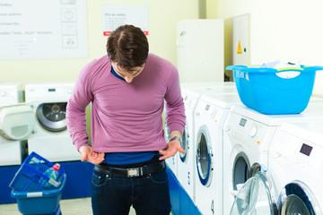 Student in Waschsalon mit eingelaufenem Pullover