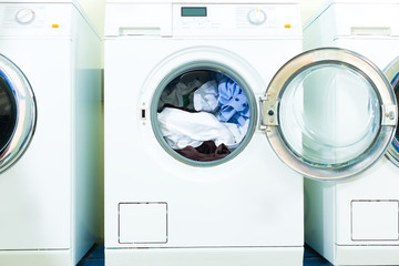 Waschmaschinen in einem Waschsalon