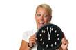 Blonde Frau hält eine Uhr
