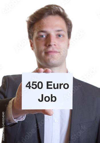 Junger Mann im Anzug mit Karte 450 EURO JOB