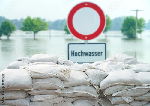 Leinwanddruck Bild Hochwasserschutz mit Sandsäcken