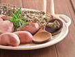 Ungekochte Kartoffeln mit Kräutern auf einem Teller