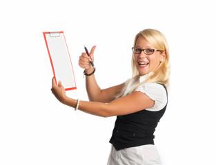 blonde Frau zeigt Notizen auf einem Klemmbrett