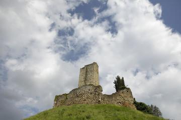 Castello di Romena e nuvole