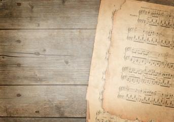 Notenblätter auf Holzhintergrund - Vintage