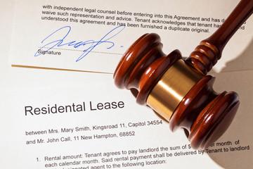 Wohnungsschlüssel und Mietvertrag