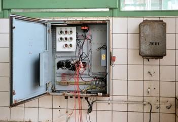Sicherungskasten in einer stillgelegten Fabrik