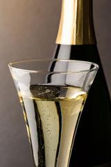 Sektglas mit Champagnerflasche
