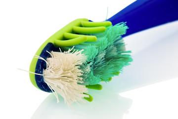 Beschädigte Zahnbürste zum Zähne putzen