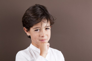 Niño con gesto de picardía