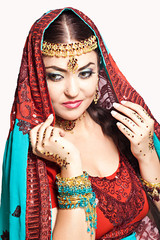 Beautiful young indian woman in traditional clothing, isolated o