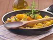 Bratkartoffeln in einer Pfanne mit Rosmarin