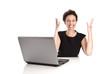 Glückliche junge Frau bei der Arbeit im Büro mit Laptop