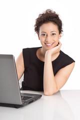 Schöne lachende junge Geschäftsfrau isoliert mit Computer