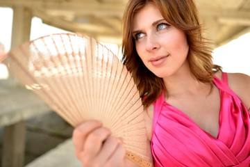 portrait de la jeune femme avec ventilateur