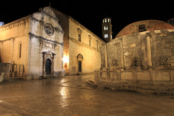 Big fountain of Onofrio and Franciscan monastery at night