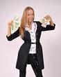 девушка показывает всем деньги