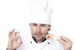 Koch im Kochhut mit Sushi