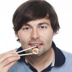 Mann mit Sushi