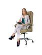 девушка в стильном костюме сидит в офисном кресле
