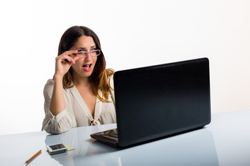 Segretaria Stupita al computer