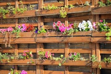 Rastrelliera in legno con fiori