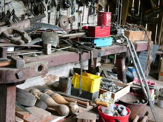 Unordnung auf einer Werkbank mit Werkzeugen in Rudersau