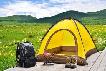 花々の草原とテントキャンプ