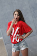 """Junge Frau mit T-Shirt """"Prozente staunt"""