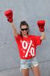 """Junge Frau mit T-Shirt """"Prozente"""""""