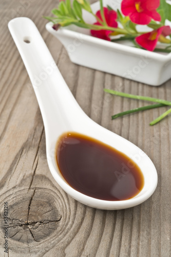 salsa di soia su legno