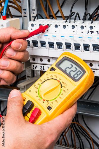 Digitales Messgerät an einem Sicherungskasten - 53628632