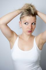 Blonde Frau mit zerzaustem Haar