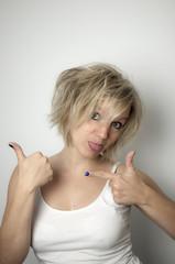 Blonde arrogante Frau