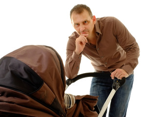 vater mit kinderwagen
