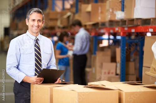 Staande foto Industrial geb. Manager In Warehouse Checking Boxes