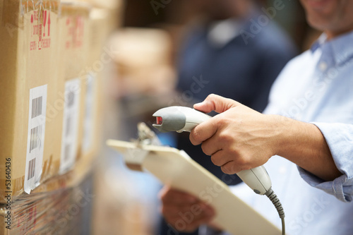 Leinwanddruck Bild Worker Scanning Package In Warehouse