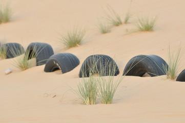 eingegrabene Reifen in der Wüste