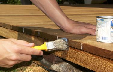 Holzterrasse streichen