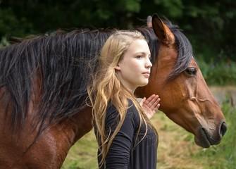 Mädchen mit Araberstute / Girl with Arabian mare