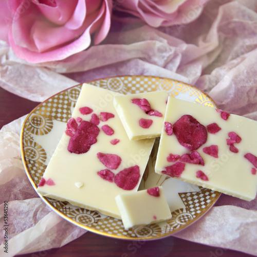 weiße schokolade mit kandierten rosenblüten