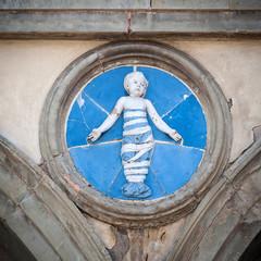 Ospedale degli Innocenti. Ceramic tondo by Andrea della Robbia.